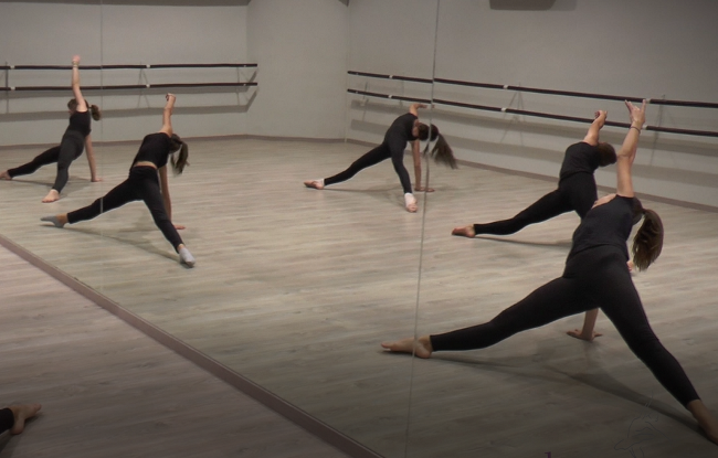 a8d1ef25d59 Ο μοντέρνος χορός βασίζεται στην τεχνική του μπαλέτου, προσθέτει όμως μια  πιο ελεύθερη κίνηση του σώματος ως μέσο έκφρασης των συναισθημάτων τους ενώ  ...