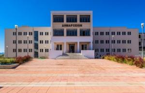 Εργασίες ασφαλτόστρωσης και διαγράμμισης διαβάσεων σε σχολεία στην Καλαμάτα