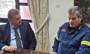 Πυροσβεστικό Κλιμάκιο υπό τον Αρχιπυραγό Πελοποννήσου στον Δήμαρχο Κορινθίων