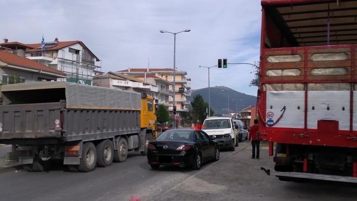 Καραμπόλα μεταξύ τεσσάρων αυτοκινήτων στα φανάρια της Μουτζουροπούλου στην Τρίπολη