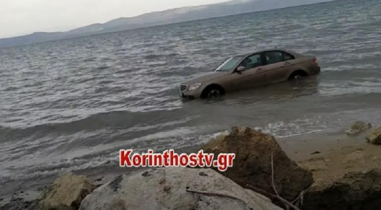 """Αυτοκίνητο στη Κόρινθο """"έφυγε"""" από το πάρκινγκ και κατέληξε στη θάλασσα (video)"""