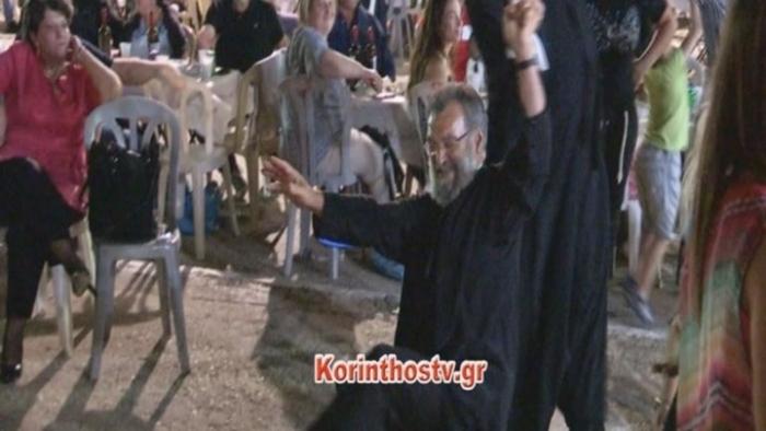 Το τσάμικο του Τριπολιτσιώτη παπά στη Νεμέα που έγινε viral (video)