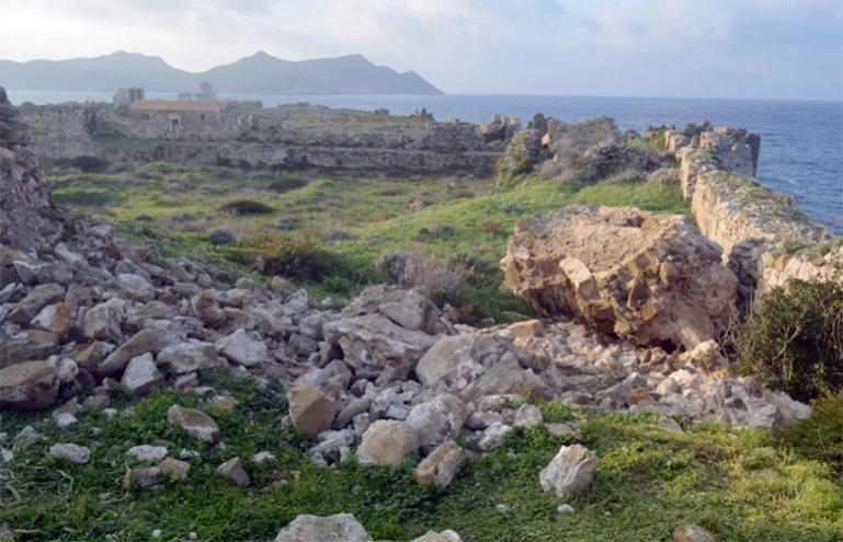 Κατάρρευση τμημάτων τοιχοποιίας στον ημικυκλικό πύργο της ακρόπολης του κάστρου Μεθώνης