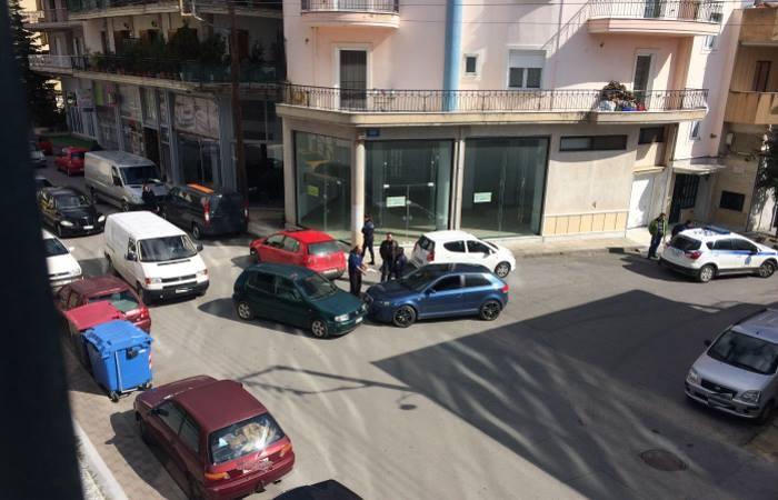 Τροχαίο ανάμεσα σε δύο Ι.Χ. έξω από το Δημαρχείο της Τρίπολης