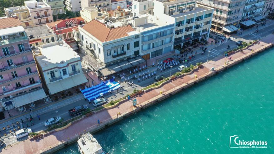 Υψώθηκε παραμονή της 28ης Οκτωβρίου, η τεράστια Ελληνική Σημαία συνολικού εμβαδού 150 τ.μ. στο λιμάνι της Χίου