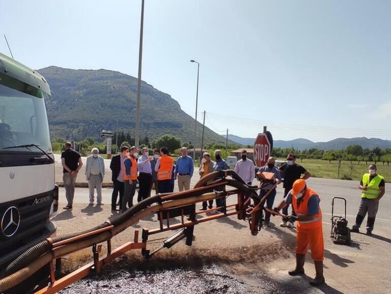 Επίδειξη τεχνικών για αποτελεσματικές παρεμβάσεις στο οδικό δίκτυο έγινε σήμερα, παρουσία του περιφερειάρχη Πελοποννήσου
