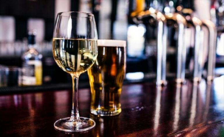 Πελοπόννησος: Σύλληψη και 3.000 ευρώ πρόστιμο σε μπαρ για παραμονή πελατών εντός του καταστήματος