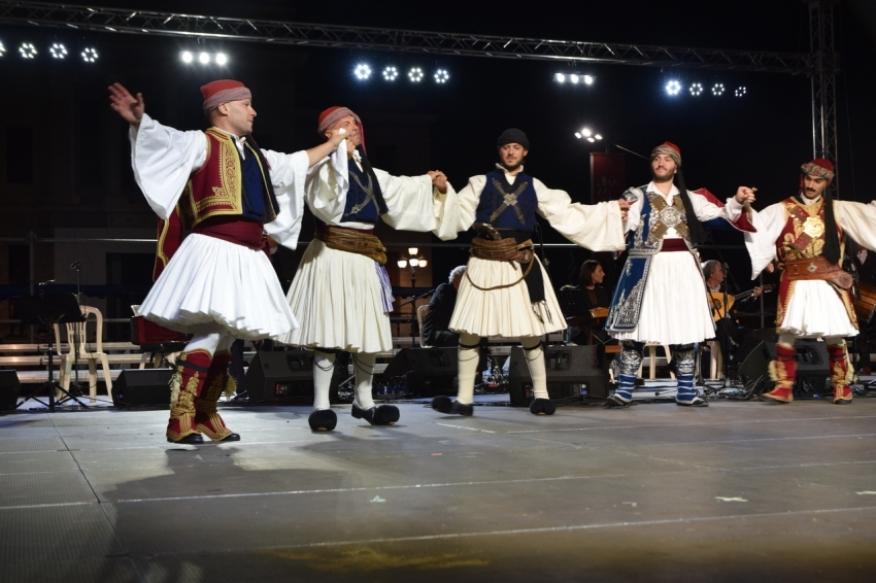 Παραδοσιακοί χοροί στην πλατεία Άρεως στην Τρίπολη (pics - vid)