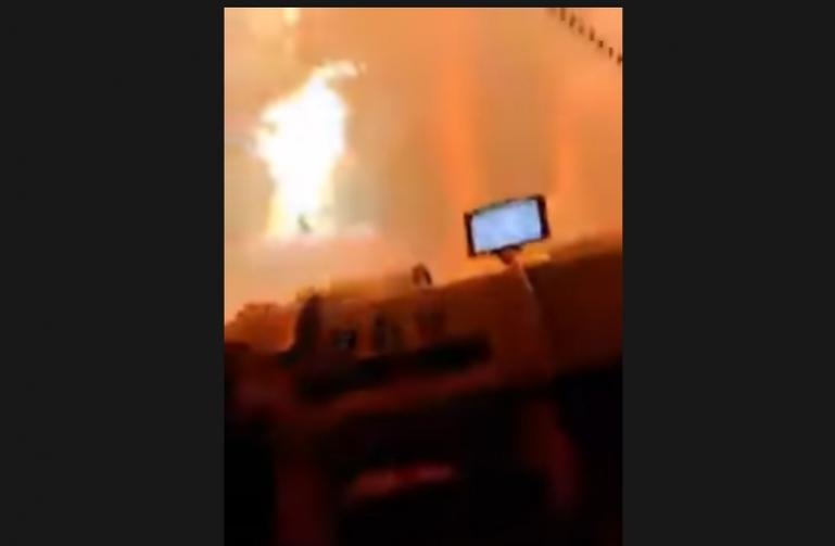 Η στιγμή που πυροσβέστες μπαίνουν στο μέτωπο της φωτιάς στη Βαρυμπόμπη (vid)
