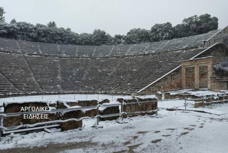 Εντυπωσιακό το χιονισμένο Θέατρο της Επιδαύρου
