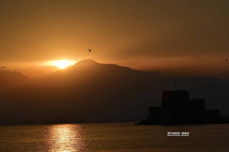 Κατακόκκινο ανοιξιάτικο ηλιοβασίλεμα στο Ναύπλιο (βίντεο)