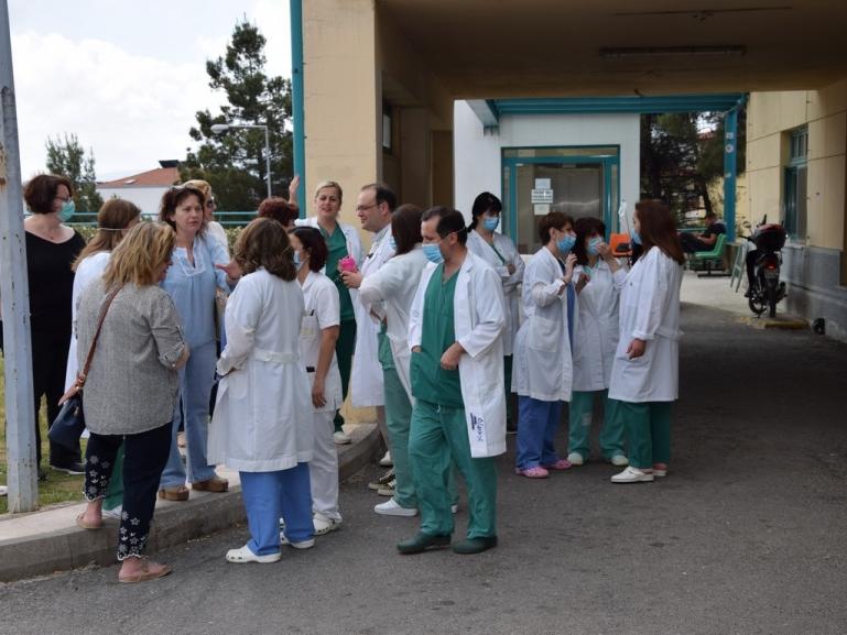 Συγκέντρωση διαμαρτυρίας της ΠΟΕΔΗΝ έξω από το Παναρκαδικό Νοσοκομείο που αντιδρά στον διαχωρισμό του νοσηλευτικού προσωπικού (video - pics)
