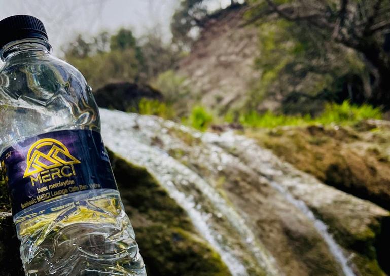 Το MERCI Lounqe Cafe Bar στη Βυτίνα έχει το δικό του εμφιαλωμένο νερό