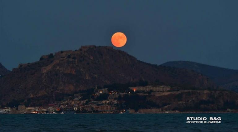 Η πανσέληνος του Ιουλίου στάθηκε πάνω από το ρομαντικό Ναυπλιο (βίντεο)