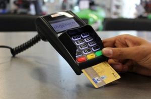 «Πυρετός» για τις ηλεκτρονικές αποδείξεις, πληρωμή με κάρτα ή έξτρα φόρος 22%