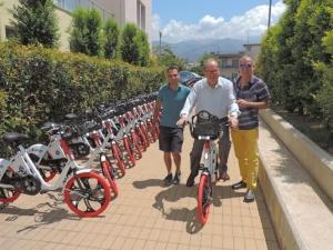 Τα νέα κοινόχρηστα «έξυπνα» ηλεκτρικά ποδήλατα έφθασαν στην Καλαμάτα
