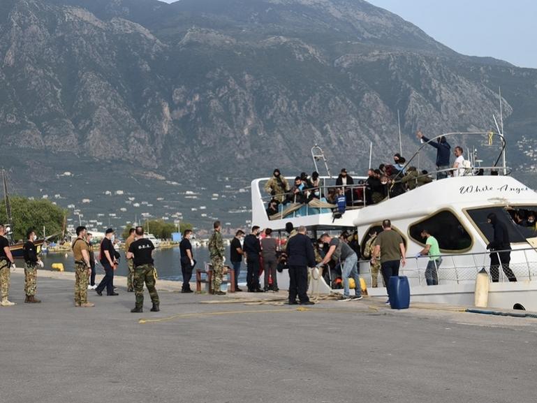 Συνδρομή της Περιφέρειας για τη φιλοξενία 182 μεταναστών στο Λιμάνι της Καλαμάτας