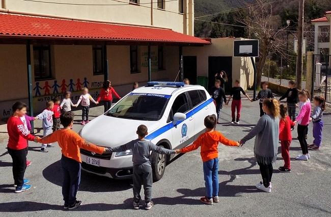 Η φωτογραφία που κέρδισε τα συγχαρητήρια δεκάδων αξιωματικών της Ελληνικής Αστυνομίας έρχεται από το Δημοτικό Σχολείο Ανδρίτσαινας