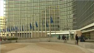Μεσίστιες οι σημαίες της ΕΕ  σε ένδειξη αλληλεγγύης στη Δανία.