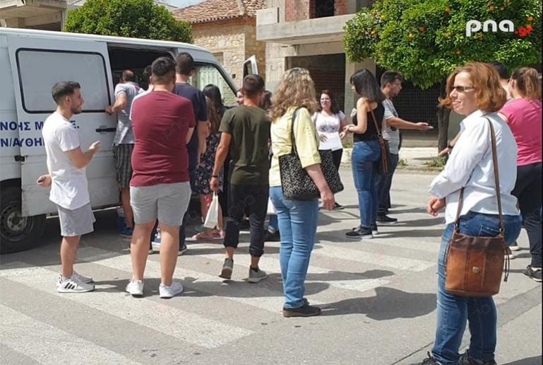 Σπάρτη: Γονείς και φοιτητές, συνωστισμένοι και εκτεθειμένοι στην ζέστη παραλαμβάνουν συγγράμματα