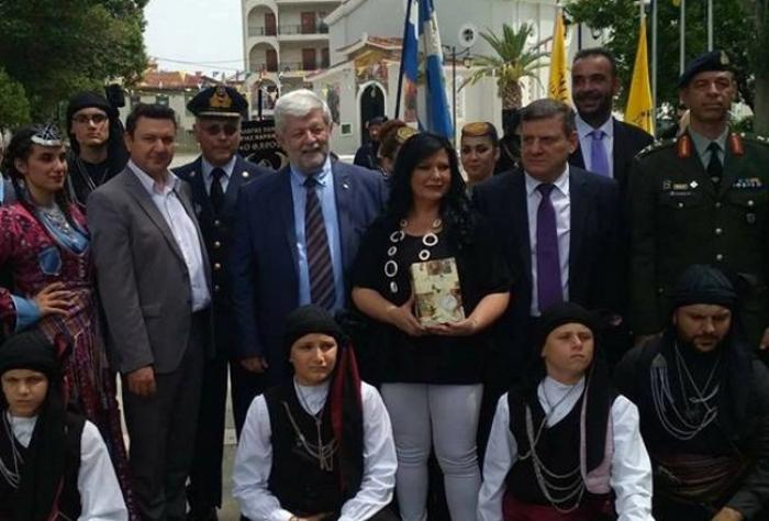 Για πρώτη φορά χόρεψαν τον Πυρρίχιο Σέρρα μπροστά στο άγαλμα του Κολοκοτρωνη στην Τρίπολη (video - pics)