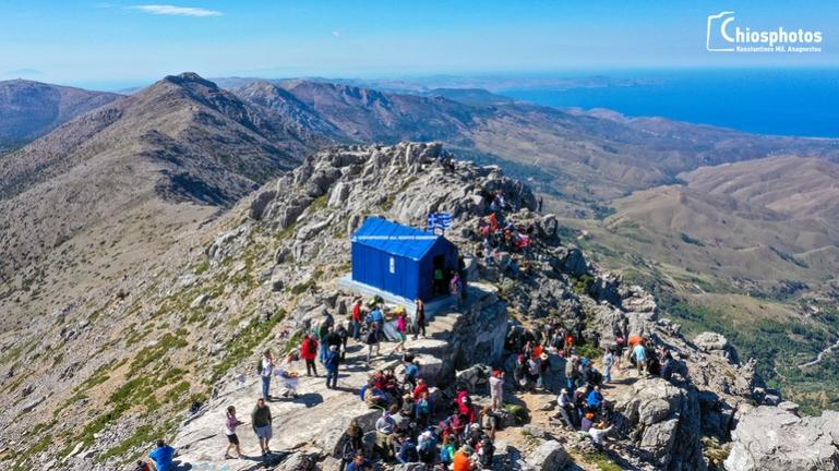 Πλήθος κόσμου στην ψηλότερη κορυφή της Χίου για την Αγία Τριάδα (video)